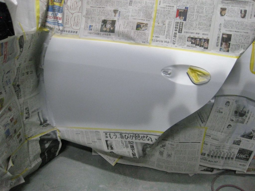 レクサスGS350、左リアドアサフェーサー塗布