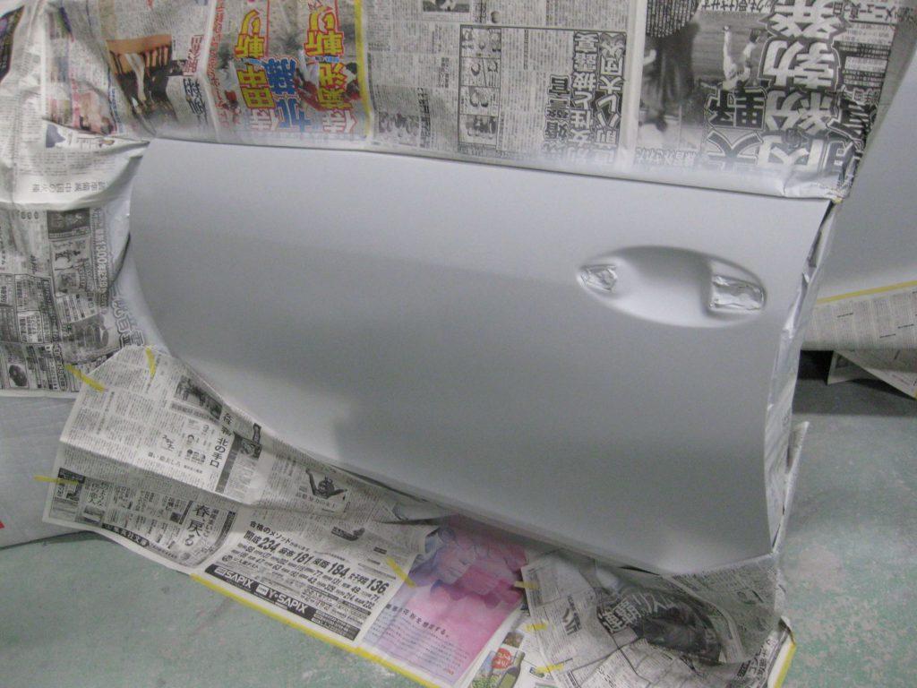 レクサスGS350、左フロントドアサフェーサー塗布
