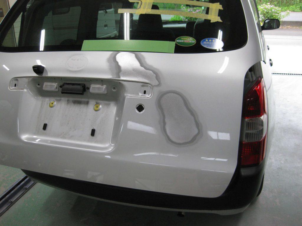 トヨタ・プロボックス、バックドア板金修理中