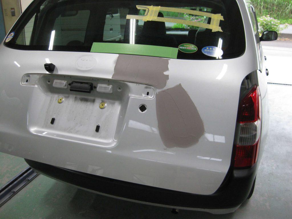 トヨタ・プロボックス、バックドアパテ修正
