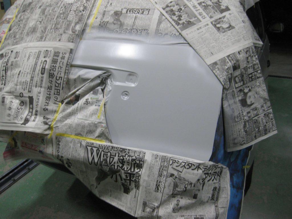 トヨタ・プロボックス、バックドアサフェーサー塗布