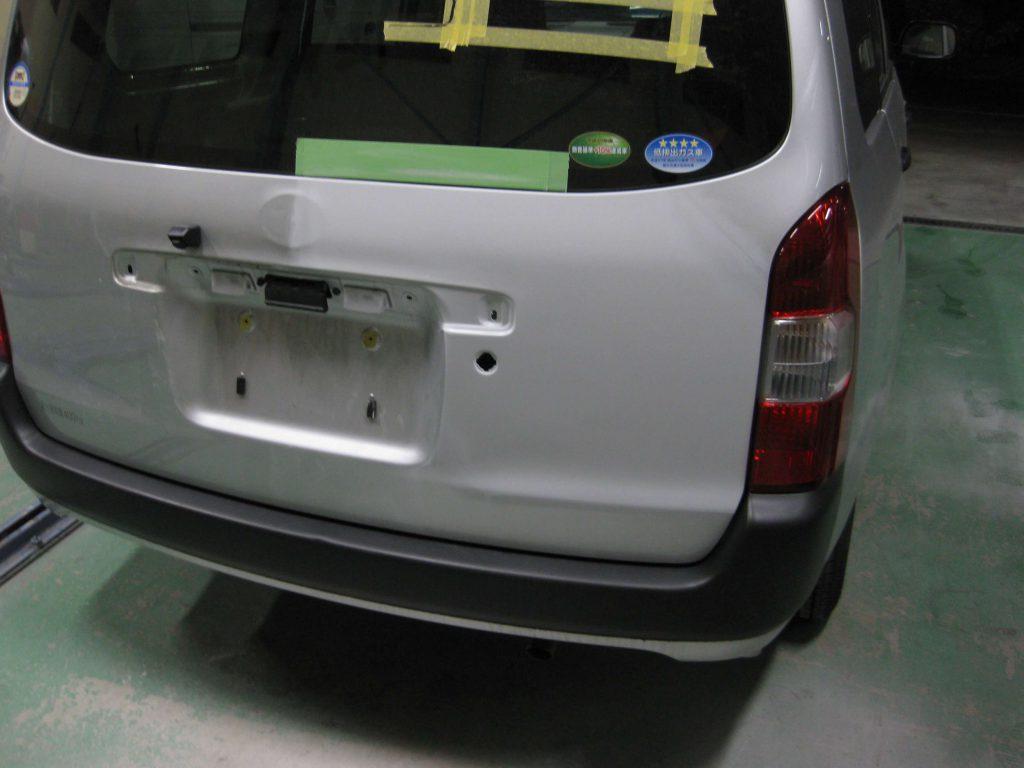 トヨタ・プロボックス、バックドアサフェーサー下地塗装後