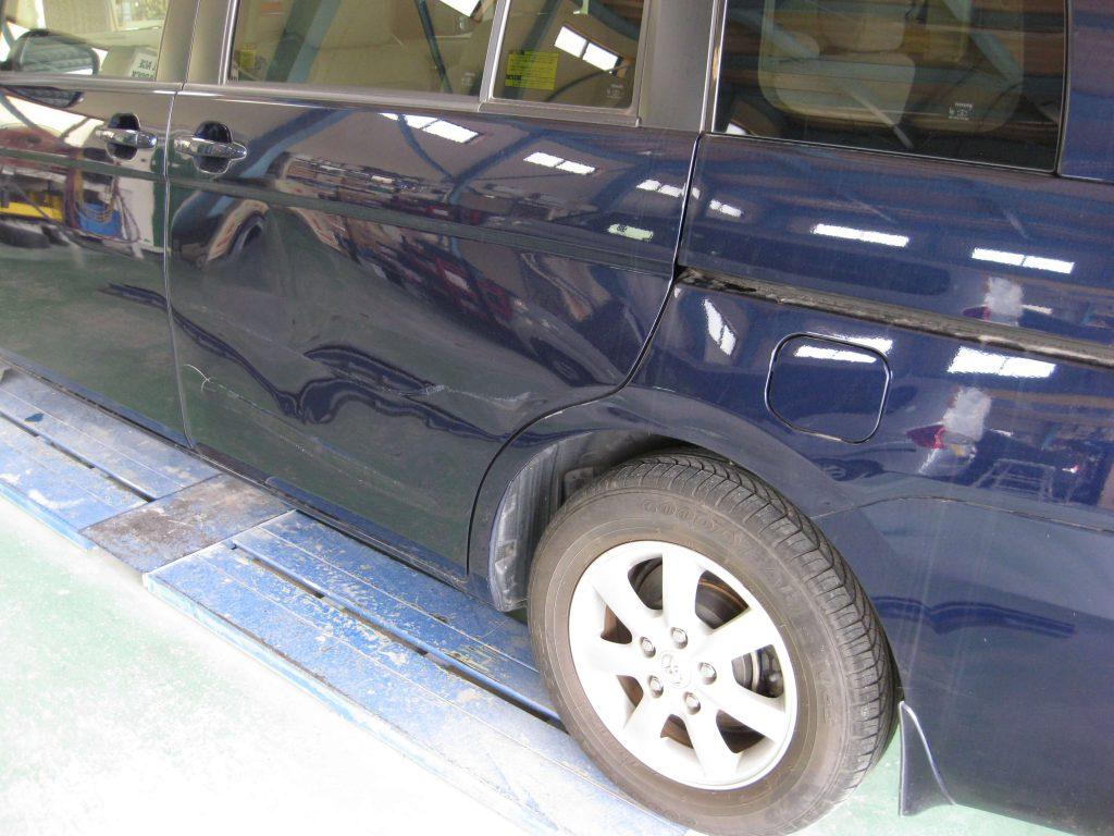 トヨタ・アイシス、スライドドア損傷部の確認
