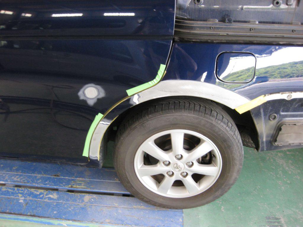 トヨタ・アイシス、クォーターパネル板金修理中