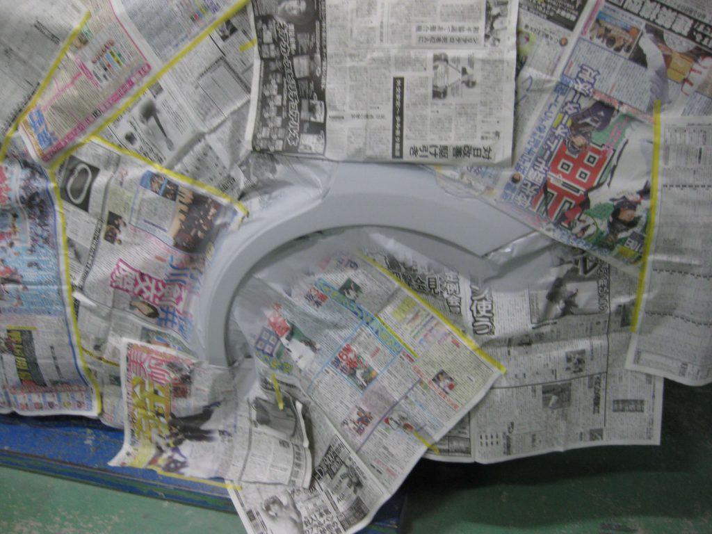 トヨタ・アイシス、クォーターパネルサフェーサー塗布