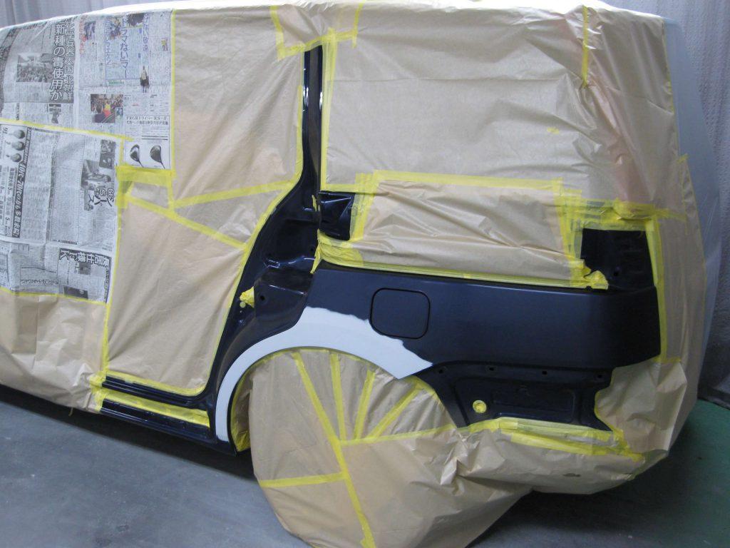 トヨタ・アイシス、クォーターパネル塗装前