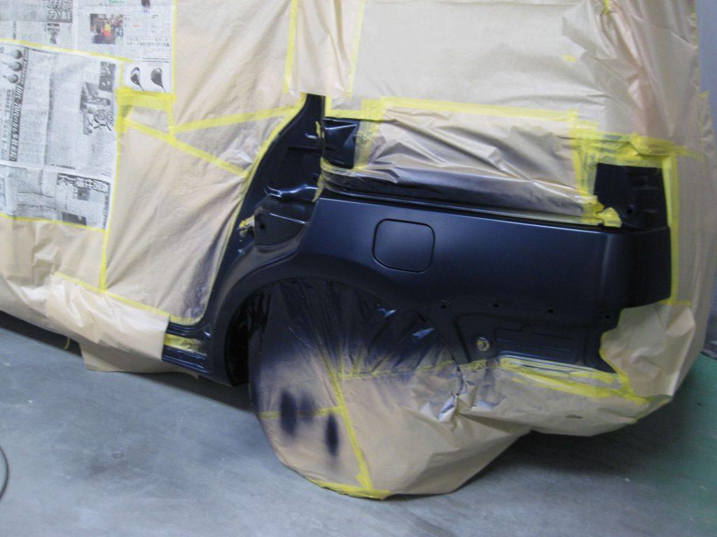 トヨタ・アイシス、クォーターパネルベースコート塗装