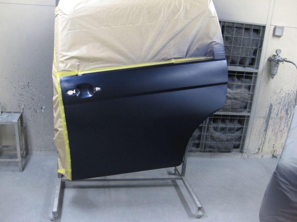 トヨタ・アイシス、スライドドアベースコート塗装