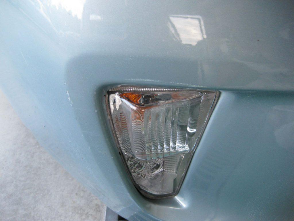 トヨタ・プリウス、フロントバンパー損傷部の確認