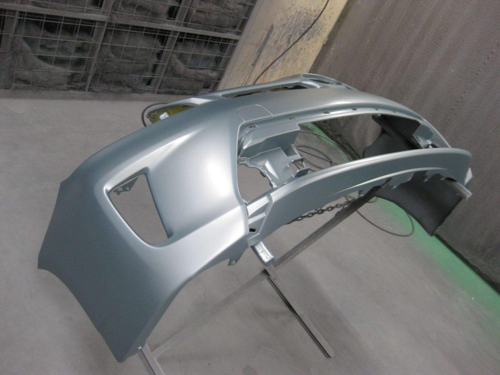 トヨタ・プリウス、フロントバンパーベースコート塗装