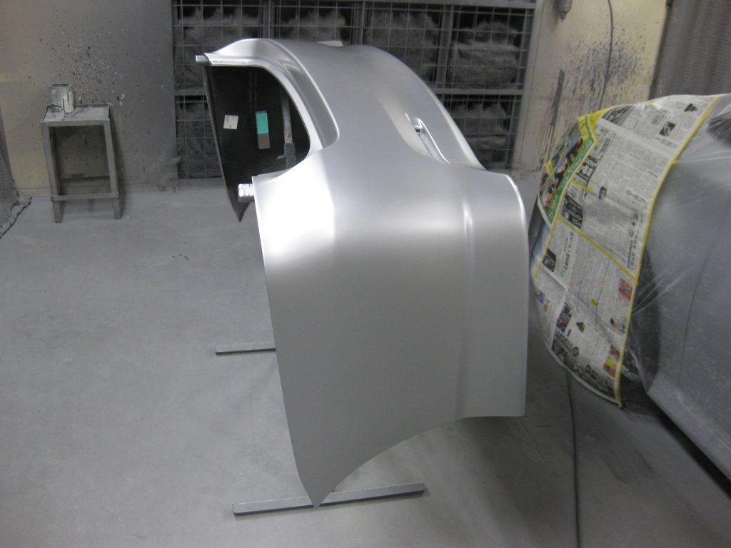 トヨタ・ウィッシュ、リアバンパーベースコート塗装