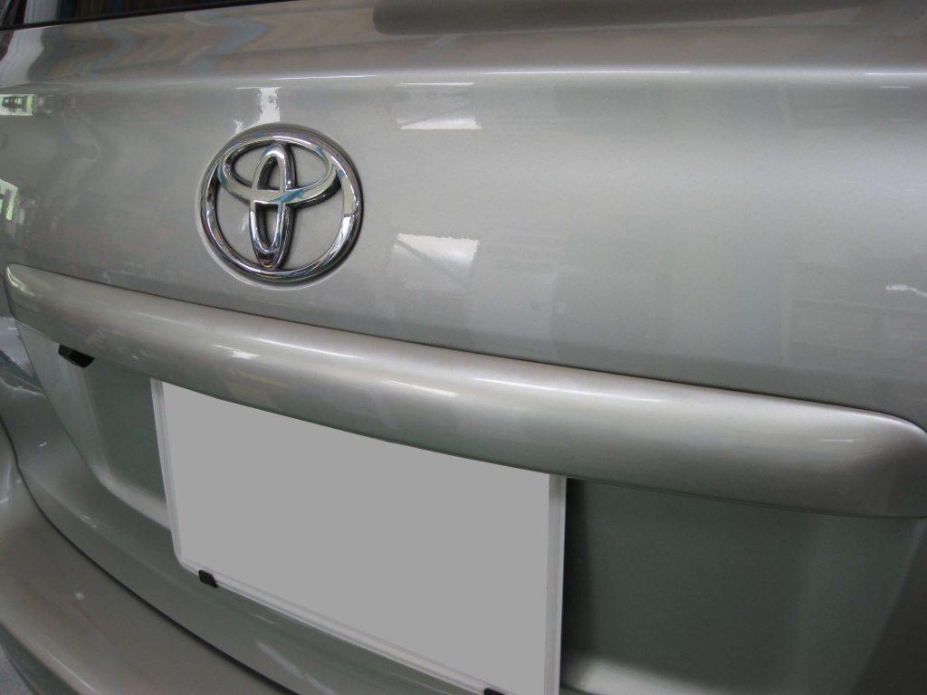 トヨタ・アベンシス、バックドアガーニッシュ損傷箇所