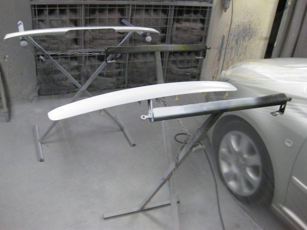 トヨタ・アベンシス、バックドアガーニッシュサフェーサー塗布
