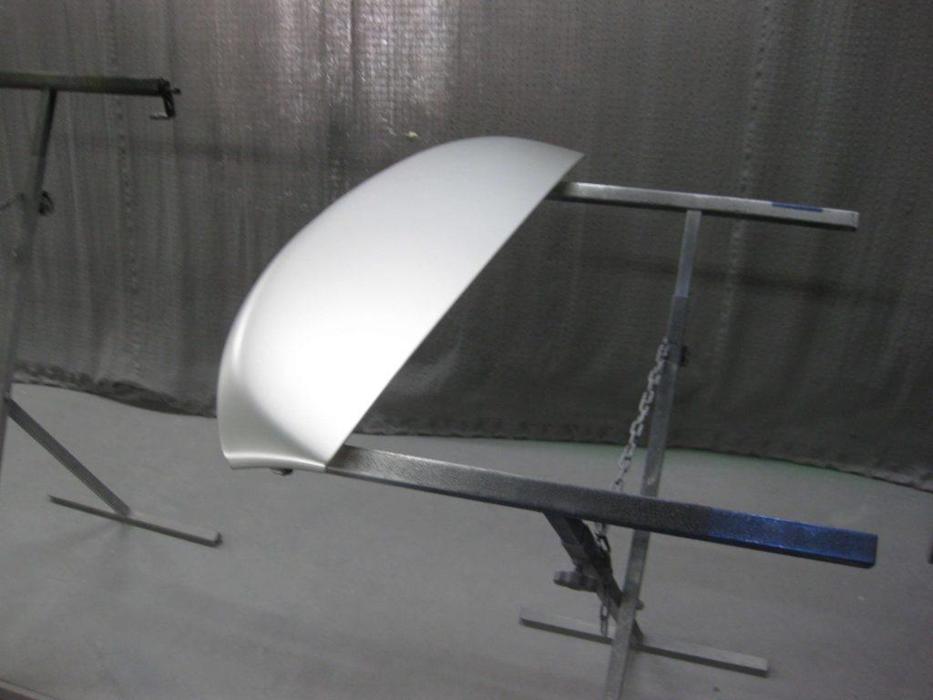 トヨタ・アベンシス、バックドアスポイラーベースコート塗装