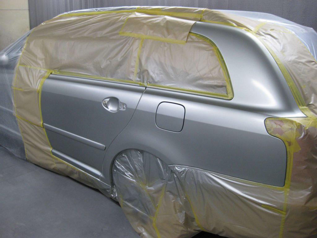 トヨタ・アベンシス、クォーターパネルベースコート塗装