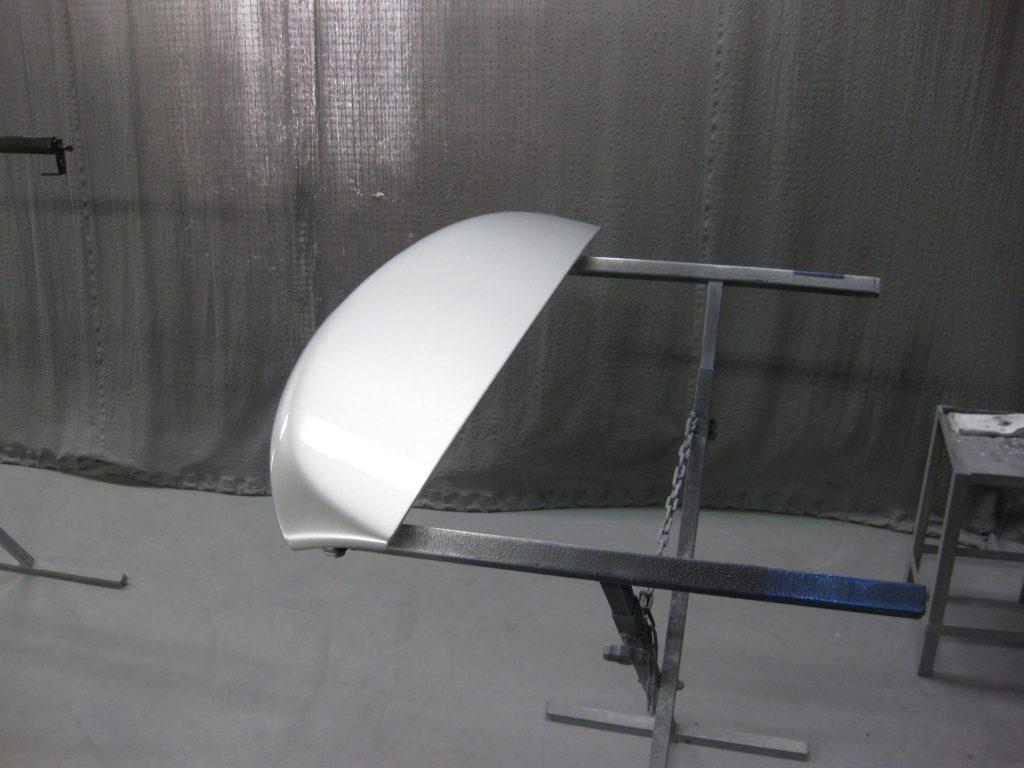 トヨタ・アベンシス、バックドアスポイラークリアー塗装