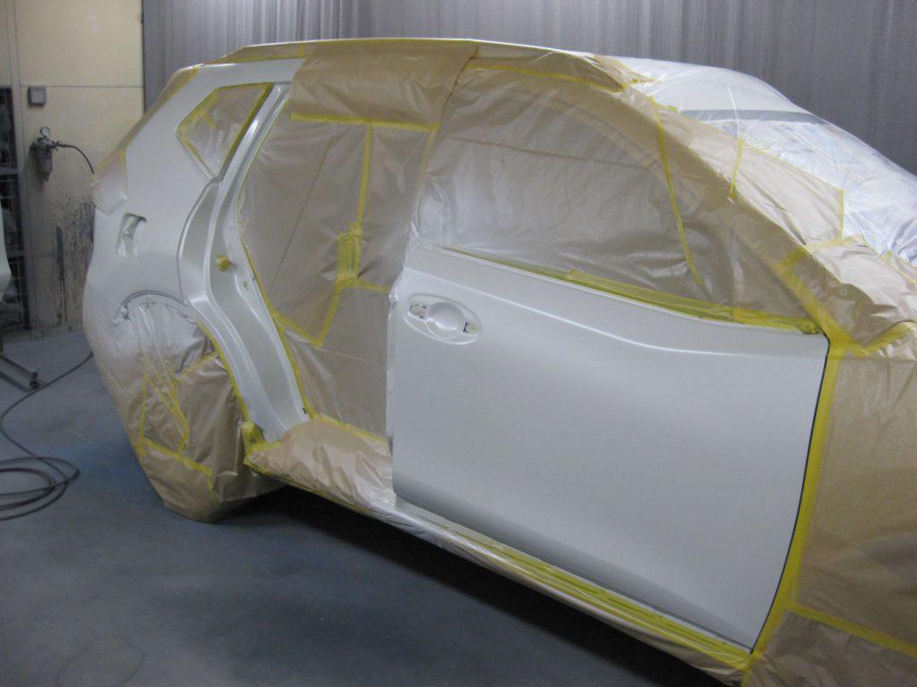 日産・エクストレイル、リアフェンダーベースコート・パールベース塗装