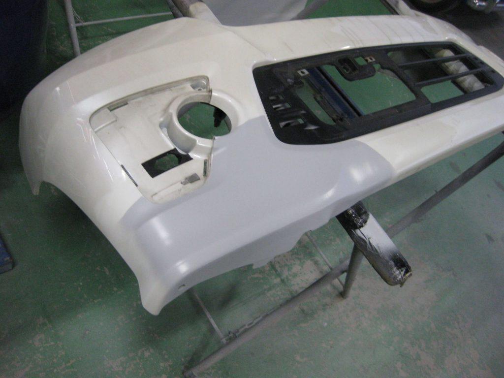 ホンダ・N-BOX、フロントバンパーサフェーサー塗布