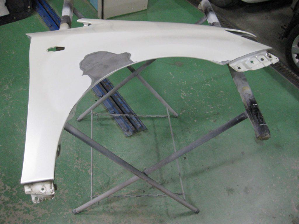 トヨタ・ウィッシュ、フロントフェンダー、板金修理中