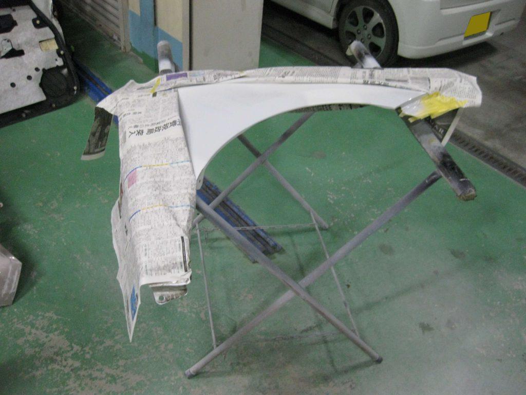 トヨタ・ウィッシュ、フロントフェンダー、サフェーサー塗布