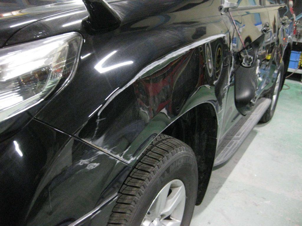 トヨタ・ランドクルーザープラド、フロントフェンダー、損傷部の確認