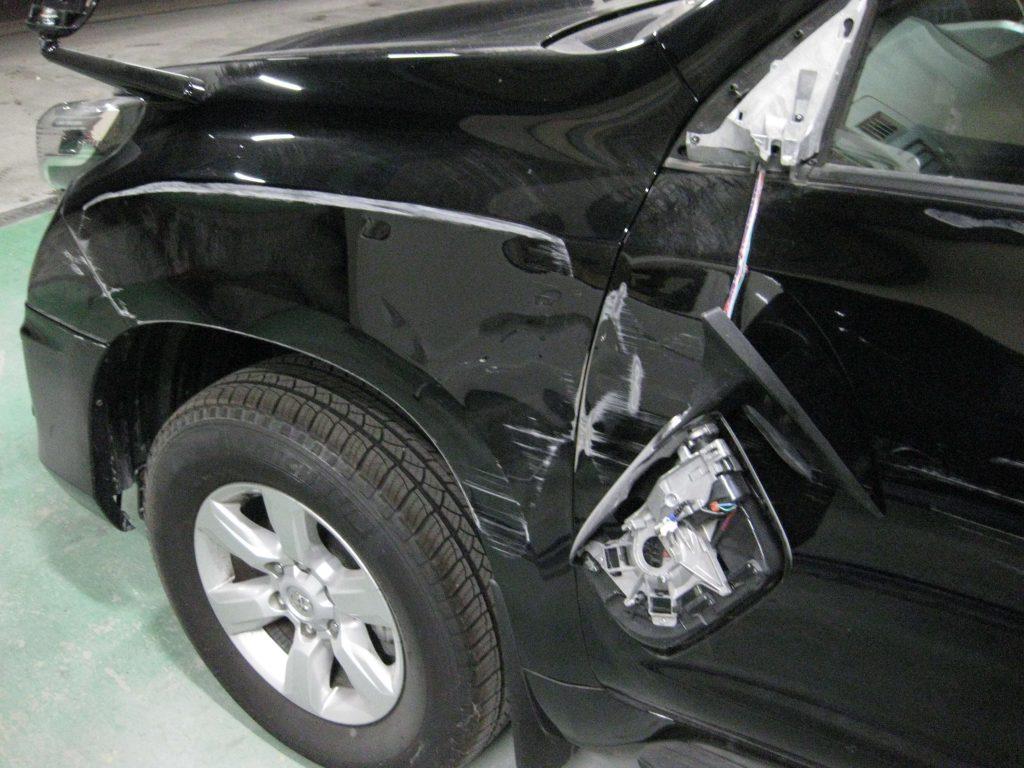 トヨタ・ランドクルーザープラド、フェンダー・フロントドア、損傷部の確認