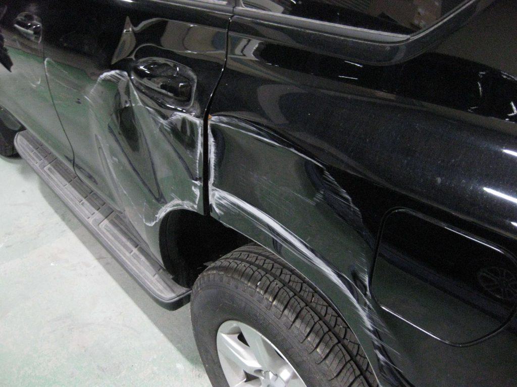 トヨタ・ランドクルーザープラド、リアドア・クォーターパネル、損傷部の確認