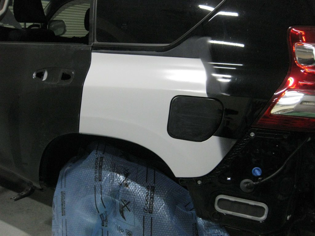 トヨタ・ランドクルーザープラド、クォーターパネル、サフェーサー下地塗装後