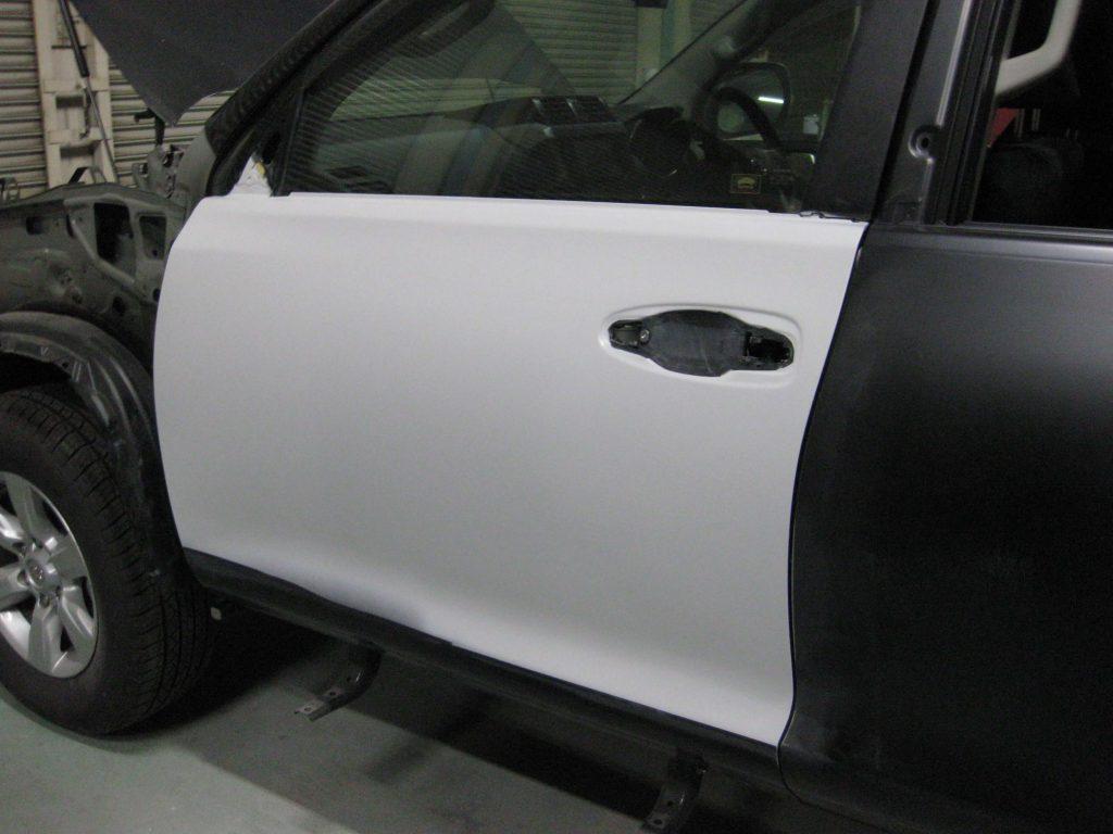 トヨタ・ランドクルーザープラド、フロントドア、サフェーサー下地塗装後