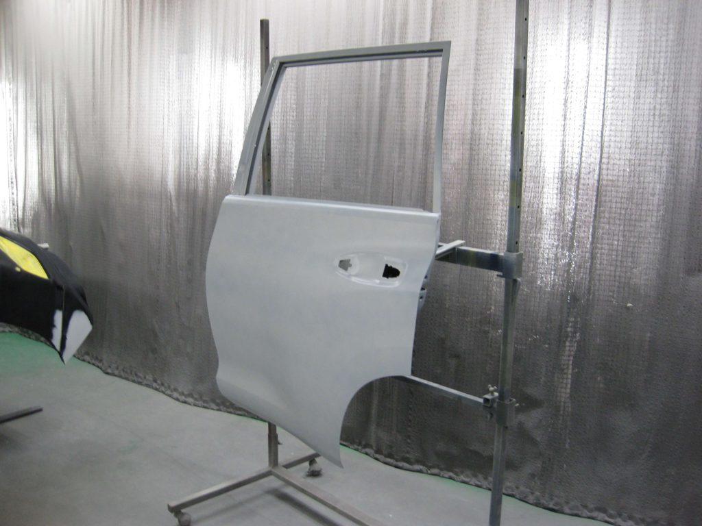 トヨタ・ランドクルーザープラド、リアドア、サフェーサー塗布