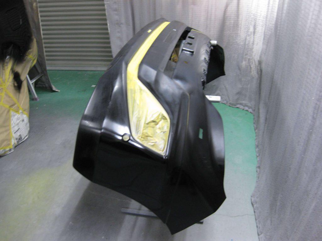 トヨタ・ランドクルーザープラド、フロントバンパー、ベースコート塗装