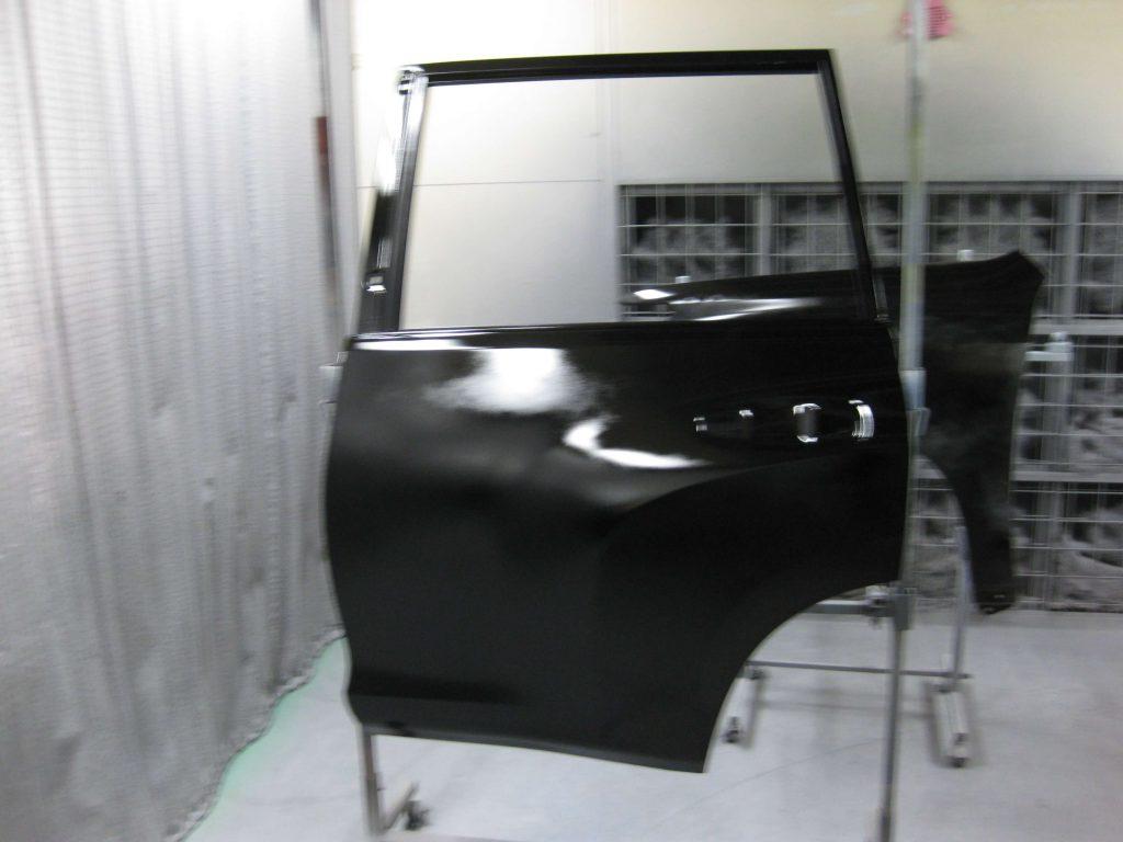 トヨタ・ランドクルーザープラド、リアドア、ベースコート塗装